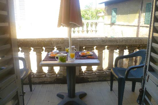 La Casa di Antonella: Breakfast on the balcony