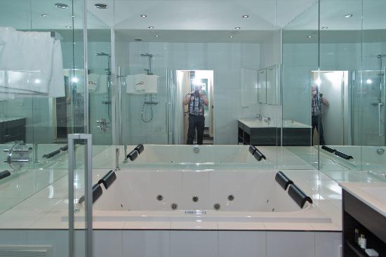 Hotel Corona : Bathroom with plenty mirrors