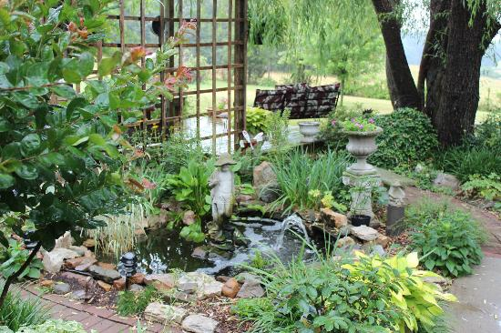 Piney Hill Bed & Breakfast: Gardens