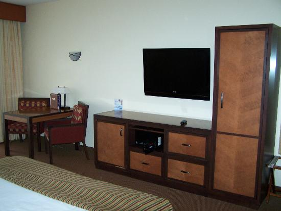 Harrah's Ak-Chin Casino Resort: Flat screen TV, always nice to see hotels up to date.