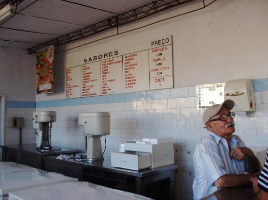 Sorveteria Juarez : Simplicidade no ambiente, qualidade nos sorvetes, supervisionado pelo dono Juarez (na foto).