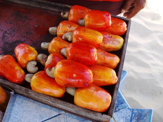 Vira Verao : E as frutas da região - como o caju - vendidas por ambulantes que circulam na praia.