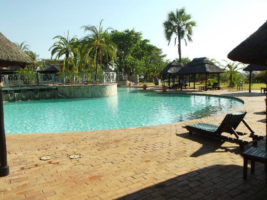 إليفانت هيلز ريزورت: Absolutely wonderful pool, outside bar, etc. 