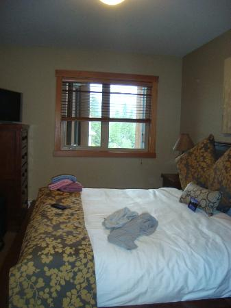 The Lodges at Canmore: king bed room and ensuit