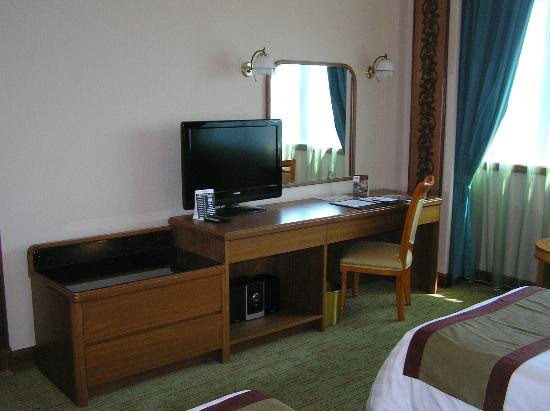 The Centrepoint Hotel: TV, writing desk and luggage storage