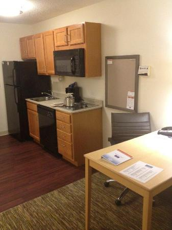 Candlewood Suites Fargo : Kitchenette in our queen bed sized suite