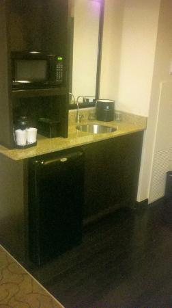 Embassy Suites by Hilton Memphis: Fridge and microwave area