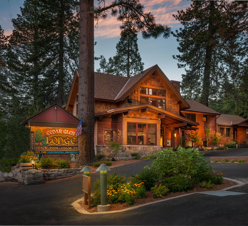 Tahoe Vista, CA: Hotel lobby and The Rustic Lounge restaurant and wine bar