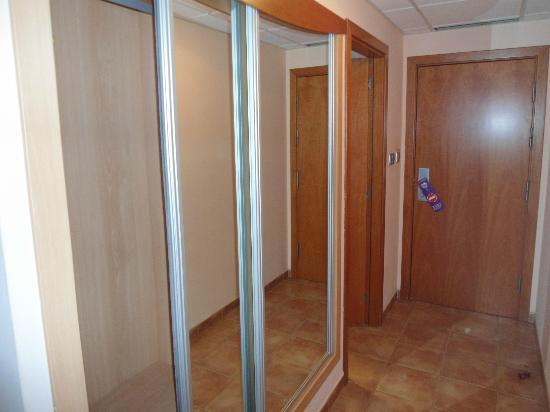 Servigroup Marina Playa: armario de cristal