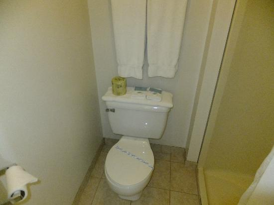 Patricia Hotel: Toilet with sanitized seal 