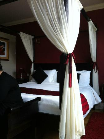 Hotel de Vie: The Four Poster Bed