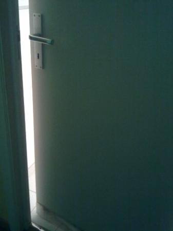 Le Val de Poix Hotel : Porte de la salle de bains ne ferme pas