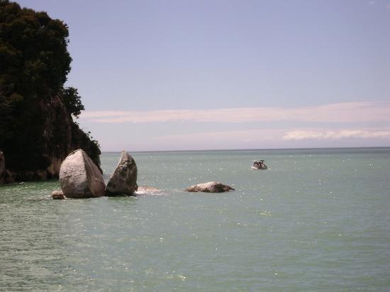 Kaiteriteri Beach: Split Apple Rock
