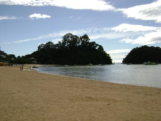 ‪‪Kaiteriteri Beach‬: Another view from the west end of beach