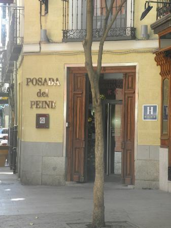 Petit Palace Posada del Peine: Entrance - easy to miss