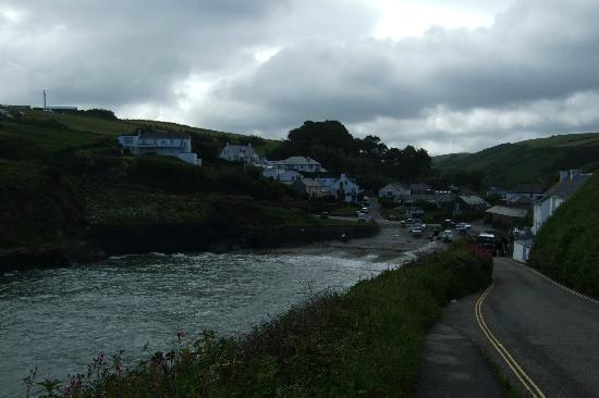 Port Gaverne Hotel: View down to the hotel from the road leading to Port Isaac