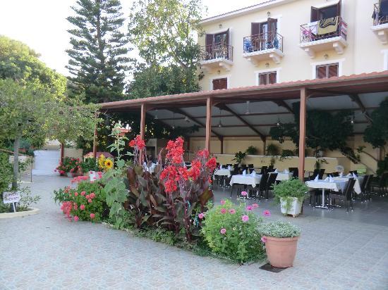 Karavados Beach Hotel: Dining area