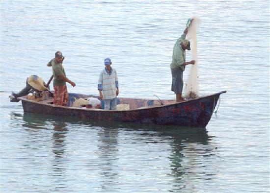 Hotel Bahia Blanca: Locals fishing in the shallow bay next to the Bahia Blanca