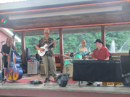 Sunny Hill Resort and Golf Course: Band playing at the lake side party on Friday nights, complimentary beer, ice-cream, hot dogs an