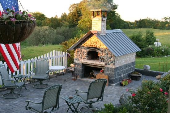 Sandtown Farmhouse Bed and Breakfast: Brick pizza oven... that they built