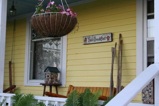 Sandtown Farmhouse Bed and Breakfast: front porch