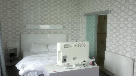 The Big Sleep Hotel Eastbourne by Compass Hospitality: Bed and tv