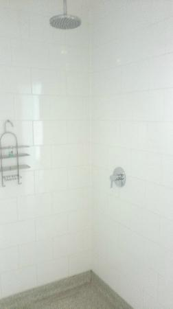 The Big Sleep Hotel Eastbourne by Compass Hospitality: Rain shower in suite bathroom
