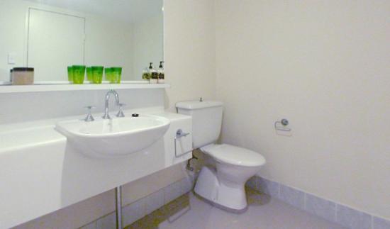 Pennant Hills Waldorf Apartment Hotel : modern bathrooms