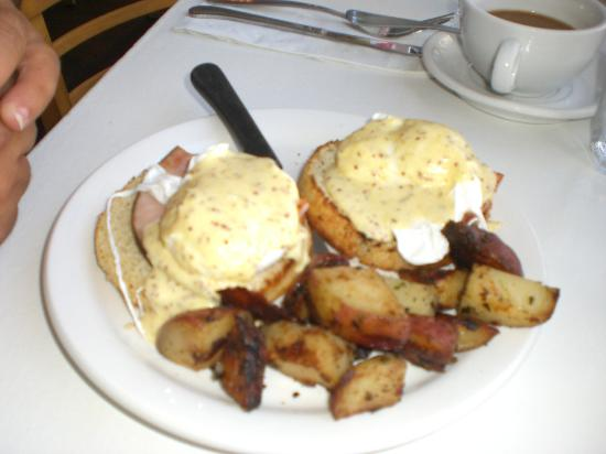Cafe Heaven : The BEST eggs benecdicts in Ptown (sorry for the spelling)