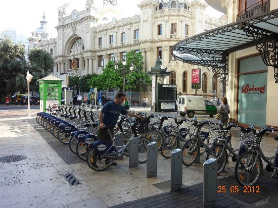 Hotel Europa: EN LA ESQUINA DE LA PLAZA, ESTACIONAMIENTO DE BICICLETAS DEL MUNICIPIO