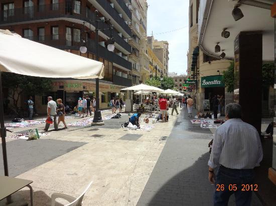 Hotel Europa: DESDE LA PUERTA DEL HOTEL, VENDEDORES AMBULANTES Y AL FONDO LA PLAZA DE TOROS
