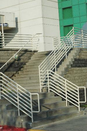 Harrah's Council Bluffs: Steps to entrance from parking lot- a long climb