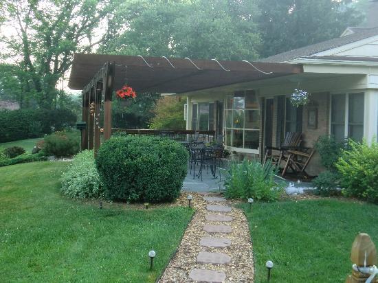 Brookside Mountain Mist Inn : Back porch