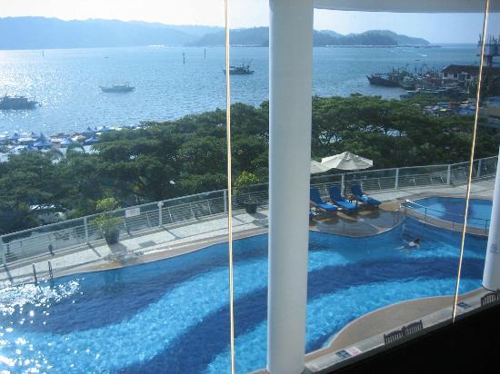 Le Meridien Kota Kinabalu: pool view from lounge area