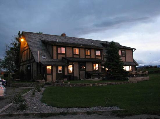 Rocky Ridge Country Lodge: main building at dusk
