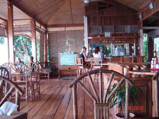 Bunaken Divers - Sea Breeze Dive Resort: Seabreeze restaurant, above the sea.