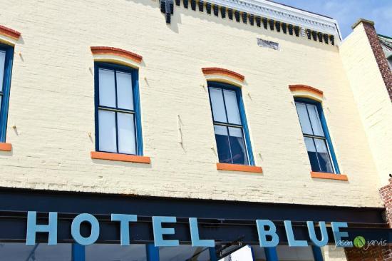 Hotel Blue: outside Mason Ave.