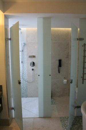 Hilton Windhoek: Shower and Loo Cubicles