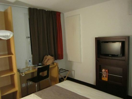 Ibis Paris Canal Saint Martin: Room has a window and flat screen TV