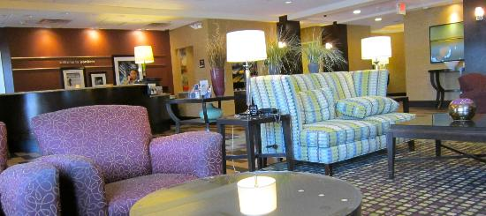 Hampton Inn & Suites Yonkers: Sitting Area by Front Desk