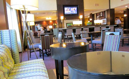 Hampton Inn & Suites Yonkers: Front Desk/ Sitting Area