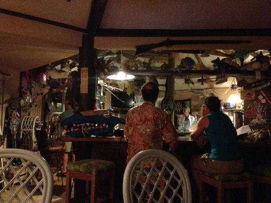 Pirates Point Resort: Common area with wirless and bar where everyone congregates for appetizers at 6:30 every evening