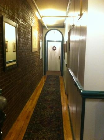 The Townhouse Inn of Chelsea : hallway to our room