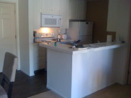 Oakwood Apartments Marina Del Rey: kitchen next to dining