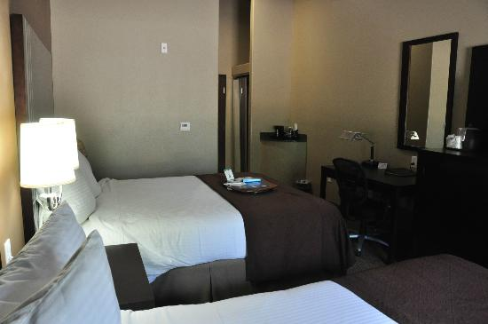 Best Western Plus Texoma Hotel & Suites: View across room with two queen beds in the Best Western Plus, Denison, TX.