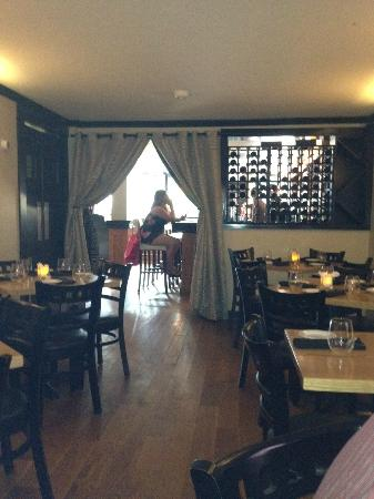 Buchanan, NY: Small, cozy dining area. Loud, once it filled up. Bar and few tables up front.