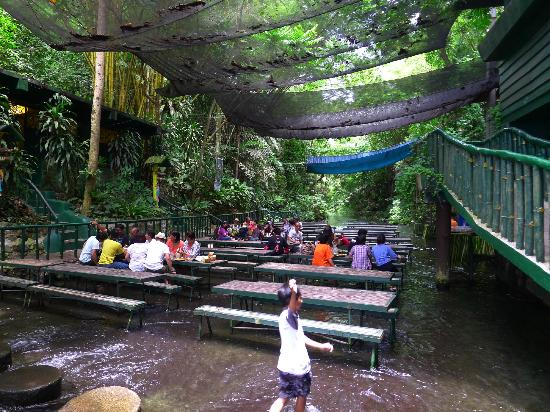 Villa Escudero Resort: Lunch at the bottom of the falls