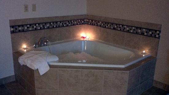 Sailor Jack Ocean Front Motel: Jacuzzi Tub in our Queen room with fireplace...pet friendly! Typically unheard of.