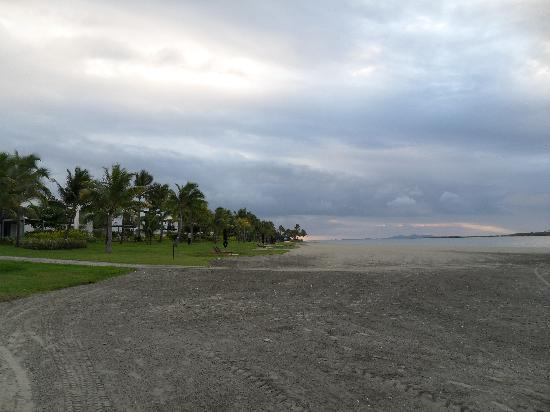 Denarau Beach: brown & golden sand