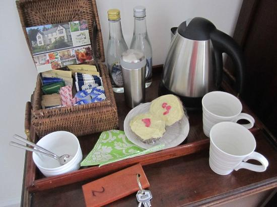 Edgcott House: incredible welcome basket with coffee, tea, fresh milk and homemade cupcakes!